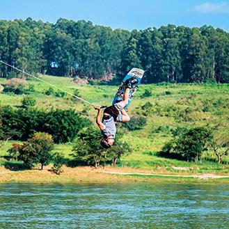 Pessoa fazendo kitesurf
