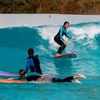 Pessoas surfando na Praia da Grama